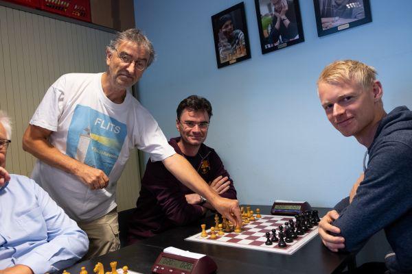 Ted Barendse doet de eerste zet namens toernooiwinnaar Loek van Wely (foto: Herman Zonderland)
