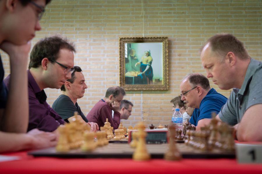 Het schaakmeisje kijkt toe (foto: Herman Zonderland)